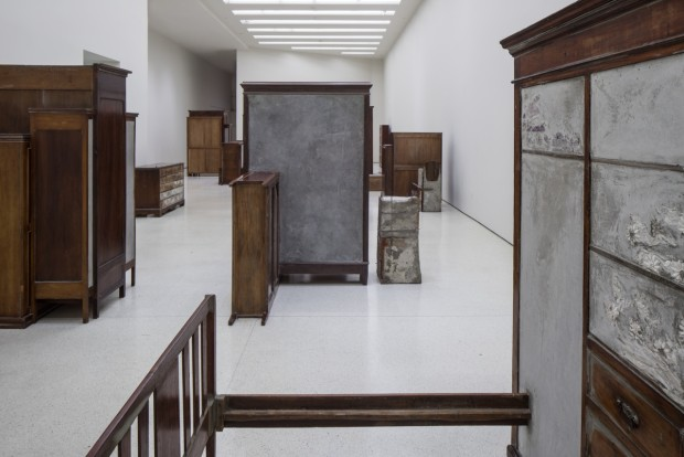 Installation view: Doris Salcedo, Solomon R. Guggenheim Museum, New York, June 26–October 12, 2015 Photo: David Heald¬ © Solomon R. Guggenheim Foundation