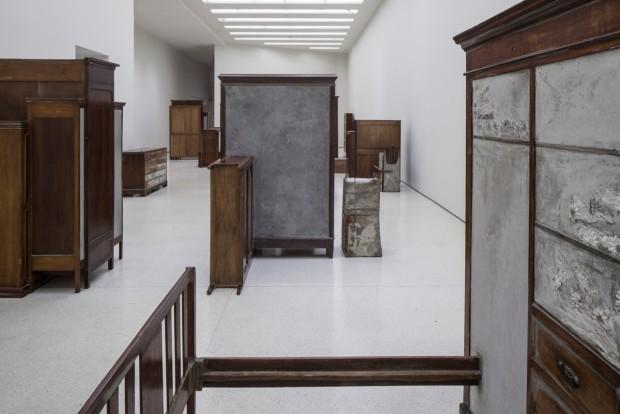 Installation view: Doris Salcedo, Solomon R. Guggenheim Museum, New York, June 26–October 12, 2015 Photo: David Heald¬ © Solomon R. Guggenheim Foundation